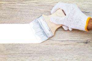 Holz mit Dispersionsfarbe streichen – elegant ist das nicht