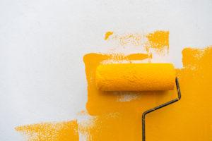 Dispersionsfarbe auf Kalkfarbe streichen – das sind die Folgen