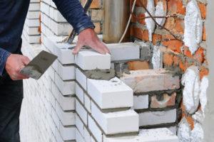 Kalksandstein kleben – wie richtig mit Dünnbettmörtel gearbeitet wird
