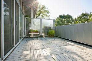 Ein transparenter Windschutz für den Balkon – So geht es!