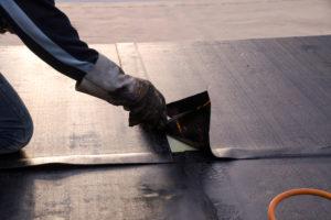 Abdichtung der Dachterrasse: Eigenregie oder Profi beauftragen?