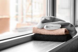 Eine langweilige Fensterbank verkleiden – werden Sie kreativ
