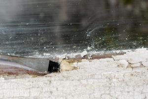 So entfernen Sie Fensterkitt gründlich