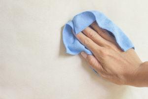 Flecken von Tapete entfernen – so gehen Sie idealerweise vor