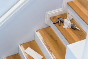 Holztreppe mit Laminat renovieren – so einfach geht's