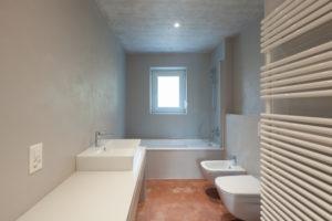 Mit einem rutschfesten Kunstharzboden das Badezimmer sanieren