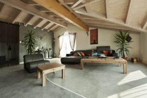 So bringt ein Kunstharzboden kühle Eleganz in den Wohnbereich