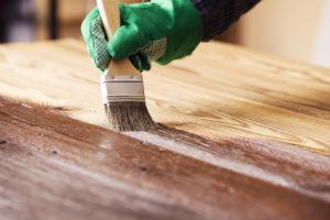 Im April beginnt die beste Zeit, um Lärchenholz zu streichen