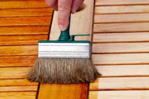 Wer Lärchenholz schützen möchte, hat die Wahl zwischen Lackieren und Ölen