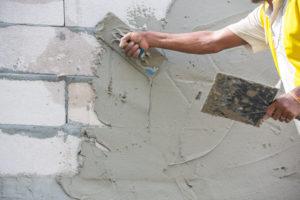 Mauerwerk schlämmen – die Mauer vor Feuchtigkeit schützen