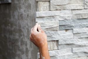 Mauerwerk verblenden – die Wand durch eine Verkleidung verschönern