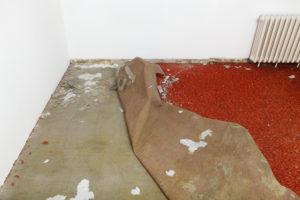 So entfernen Sie Teppichkleber restlos vom Estrich