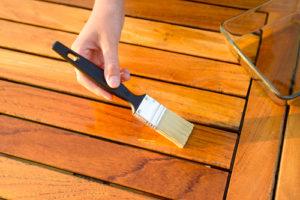 Behandeln Sie Ihren Holztisch und erhalten Sie so seinen Wert