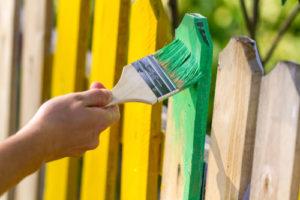 Auch als Anfänger können Sie den Holzzaun selbst anstreichen