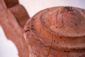 So erkennen Sie, ob Holzteile von Holzwürmern befallen sind