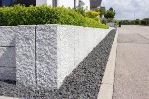 Mauer aus Granitstein selbst bauen