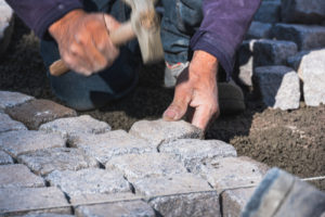 Granitpflaster verfugen – Lose oder fest?