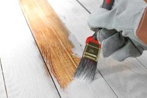 Mit den richtigen Zusätzen eignet sich die Kalkfarbe für Holz