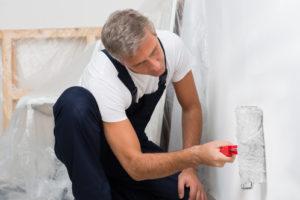 So streichen Sie die feuchtraumgeeignete Kalkfarbe im Keller