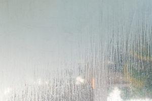 Kalkflecken am Fenster restlos beseitigen – damit klappt es