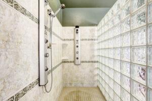 Moderne gemauerte Dusche mit Glasbausteinen