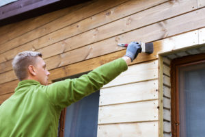 Eine Holzfassade neu streichen